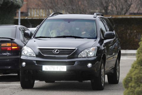 Motor vehicle, Tire, Vehicle, Land vehicle, Automotive mirror, Automotive tire, Automotive lighting, Automotive parking light, Glass, Headlamp,