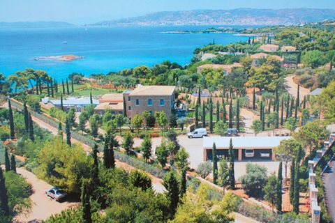 Coastal and oceanic landforms, Landscape, Tree, Neighbourhood, Coast, Residential area, Real estate, Aerial photography, Azure, Metropolitan area,