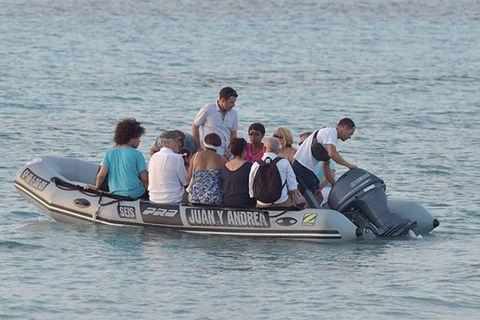 Transport, Recreation, Watercraft, Water, Boat, Mammal, Leisure, Outdoor recreation, Interaction, Tourism,