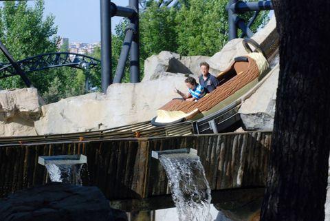 Human, Leisure, Water feature, Amusement park, Park, Nonbuilding structure, Chute, Bridge,