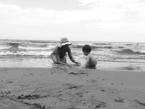 Body of water, Coastal and oceanic landforms, Sand, Hat, Shore, Ocean, T-shirt, Coast, Beach, Vacation,