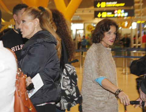 Bag, Luggage and bags, Customer, Handbag, Service, Shoulder bag, Brown hair, Camera, Watch, Long hair,