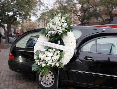 Vehicle, Land vehicle, Flower, Car, Rim, Vehicle door, Fender, Alloy wheel, Bouquet, Spoke,