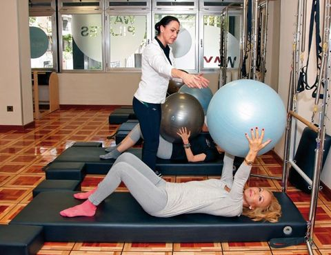 Human body, Flooring, Human leg, Room, Floor, Knee, Physical fitness, Thigh, Foot, Swiss ball,