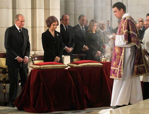 Tablecloth, Bishop, Clergy, Priesthood, Vestment, Suit, Bishop, Suit trousers, Presbyter, Nuncio,