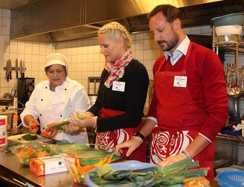 Cook, Lighting, Food, Whole food, Cooking, Leaf vegetable, Chef, Vegetable, Vegan nutrition, Service,