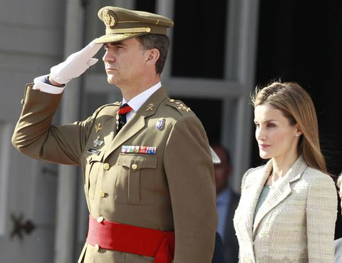Soldier, Military uniform, Military person, Cap, Collar, Sleeve, Military organization, Dress shirt, Joint, Standing,