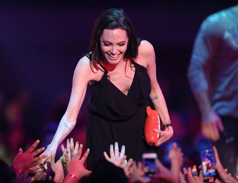 Finger, Dress, Entertainment, Hand, Performing arts, Music artist, Performance, Wrist, Artist, Public event,