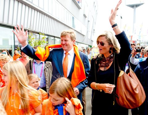 Hair, Event, Crowd, Balloon, Orange, Bag, Fashion accessory, Hat, Celebrating, Luggage and bags,