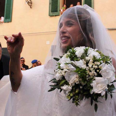 Finger, Petal, Bouquet, Photograph, Flower, Bridal veil, Bridal clothing, White, Happy, Veil,