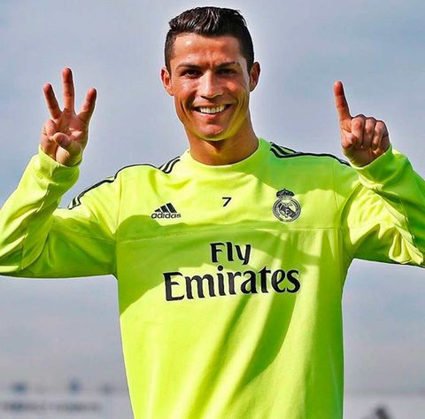 Sports uniform, Finger, Sportswear, Sleeve, Jersey, Facial expression, Soccer, Player, Gesture, Logo,