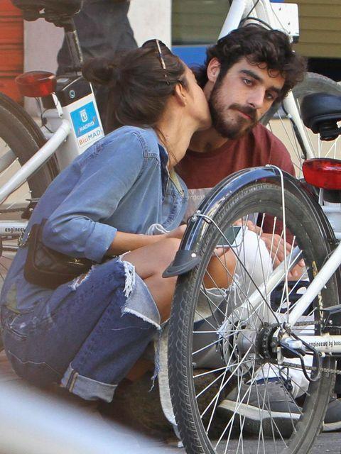 Cap, Bicycle wheel rim, Bicycle tire, Spoke, Automotive tire, Rim, Automotive wheel system, Kiss, Auto part, Baseball cap,