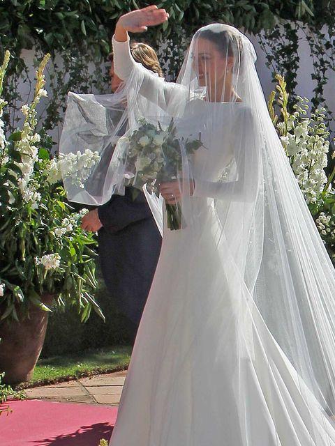 un broche de 254 diamantes completa el vestido de novia de eva gonzález