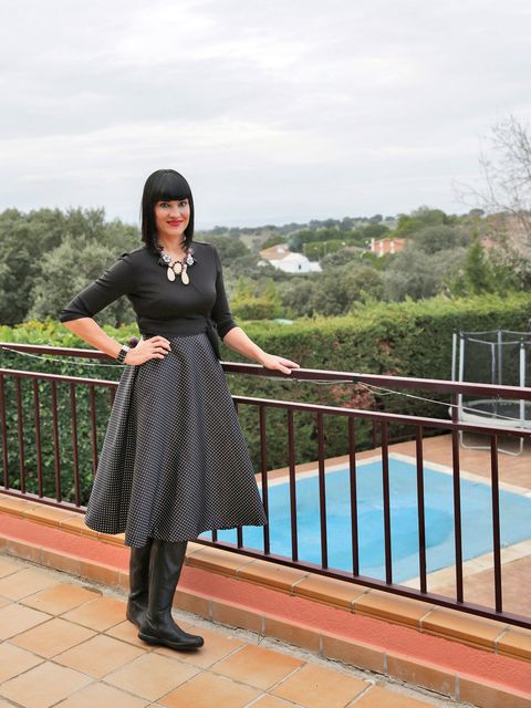 Sleeve, Pattern, Street fashion, Waist, Tights, Fence, Swimming pool, Day dress, Ankle, Water feature,