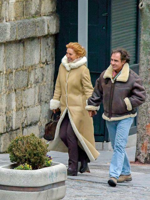 Clothing, Leg, Trousers, Coat, Jacket, Textile, Outerwear, Standing, Street fashion, Blazer,