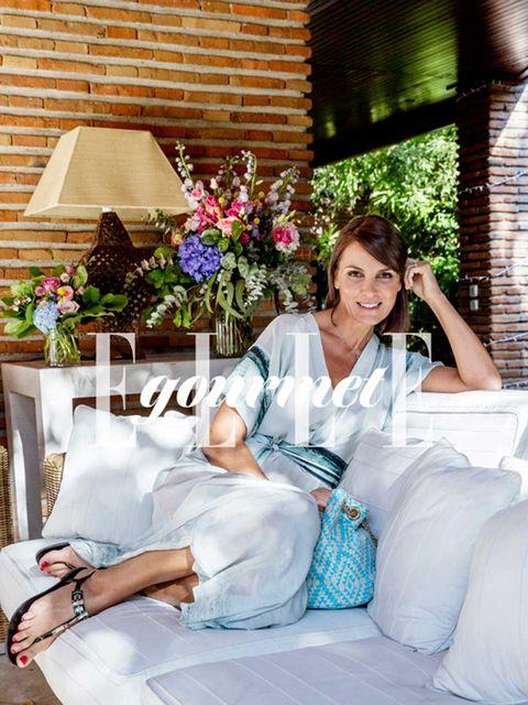 Comfort, Hand, Petal, Sitting, Brick, Floristry, Linens, Flower Arranging, Floral design, Artificial flower,