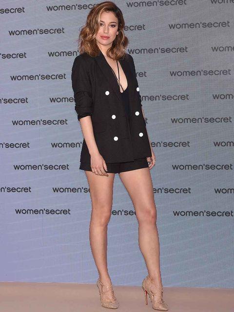 Leg, Collar, Sleeve, Human leg, Human body, Shoulder, Joint, Style, Fashion model, Knee,