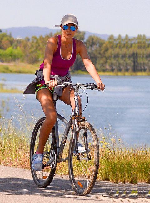 Bicycle wheel, Wheel, Tire, Bicycle frame, Bicycle wheel rim, Bicycle tire, Goggles, Bicycle handlebar, Bicycle, Bicycle part,