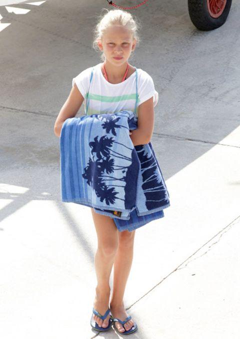 Clothing, Blue, Shoulder, Automotive tire, Human leg, Joint, White, Bag, Style, Fashion accessory,