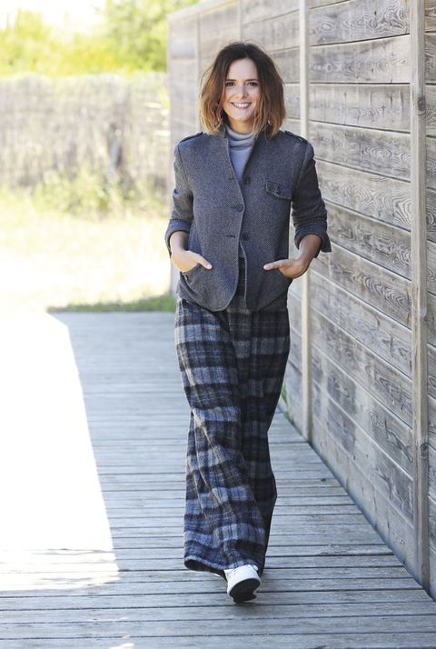 Clothing, Sleeve, Collar, Style, Pattern, Street fashion, Knee, Blazer, Grey, Plaid,