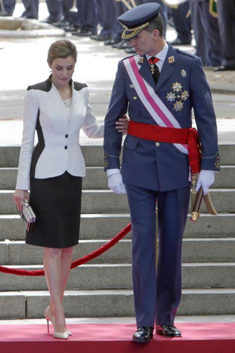 Collar, Standing, Red, Uniform, Style, Hat, Fashion, Blazer, Carpet, Waist,