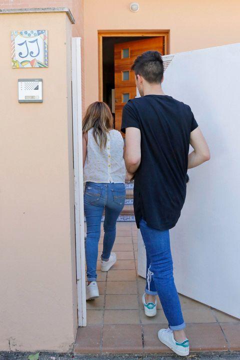 Footwear, Blue, Leg, Denim, Trousers, Jeans, Shoe, Shoulder, Shirt, Textile,