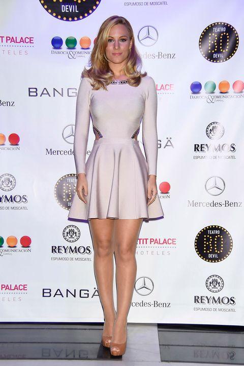 Dress, Shoulder, Joint, Style, Eyelash, Premiere, Flooring, One-piece garment, Beauty, Fashion model,