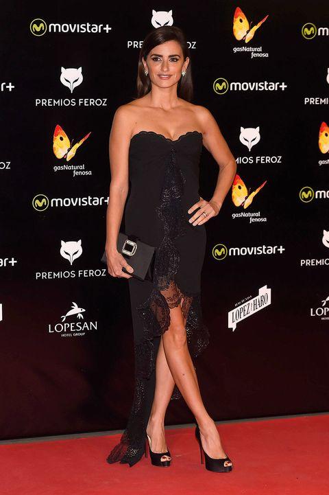 Dress, Shoulder, Flooring, Joint, Style, Premiere, One-piece garment, Waist, Fashion, Carpet,