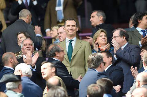 Hair, Face, Head, Ear, People, Crowd, Audience, Formal wear, Suit, Blazer,