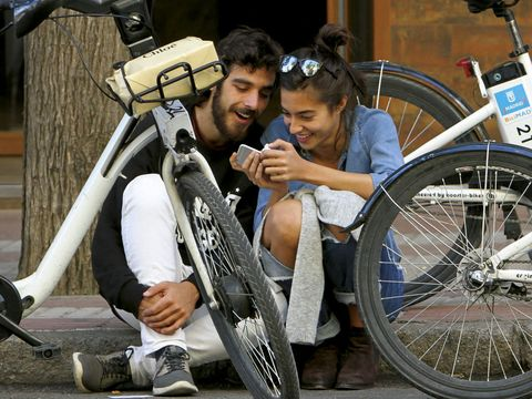 Bicycle tire, Tire, Wheel, Bicycle wheel rim, Bicycle wheel, Bicycle frame, Bicycle part, Land vehicle, Bicycle, Bicycle handlebar,