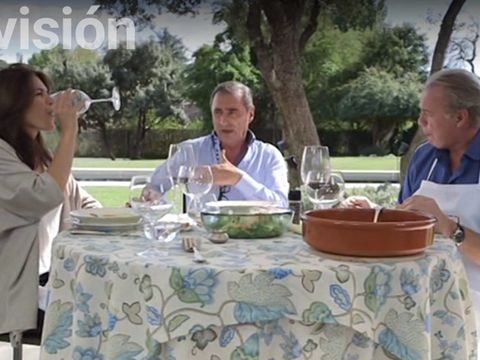 Tablecloth, Serveware, Dishware, Textile, Table, Glass, Linens, Sitting, Interaction, Sharing,