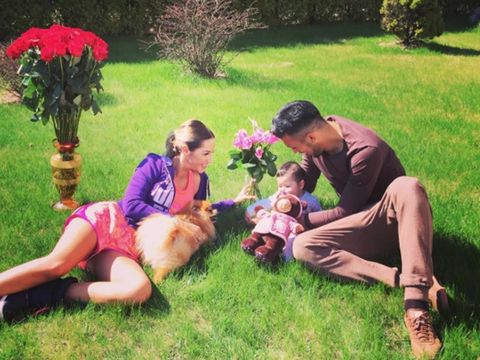Human, Dog breed, Carnivore, Sitting, Dog, People in nature, Flowerpot, Garden, Sharing, Sporting Group,