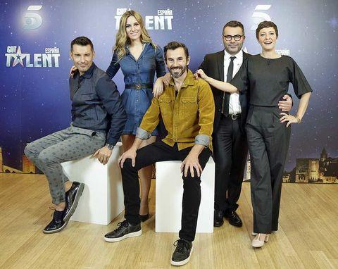 Footwear, Leg, Trousers, Shoe, Shirt, Coat, Jacket, Outerwear, T-shirt, Suit trousers,