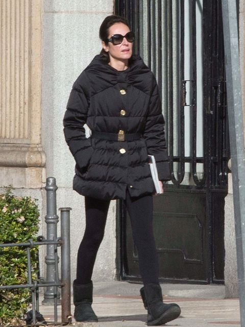 Clothing, Sleeve, Shoe, Textile, Standing, Joint, Sunglasses, Human leg, Outerwear, Collar,