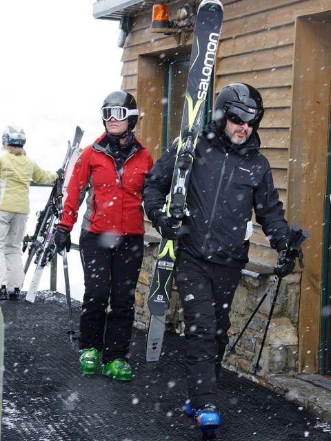 Personal protective equipment, Helmet, Winter, Goggles, Winter sport, Ski, Ski Equipment, Snow, Jacket, Glove,