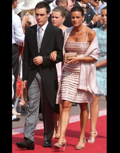 Clothing, Coat, Trousers, Dress, Shirt, Shoe, Outerwear, Suit, Formal wear, Style,