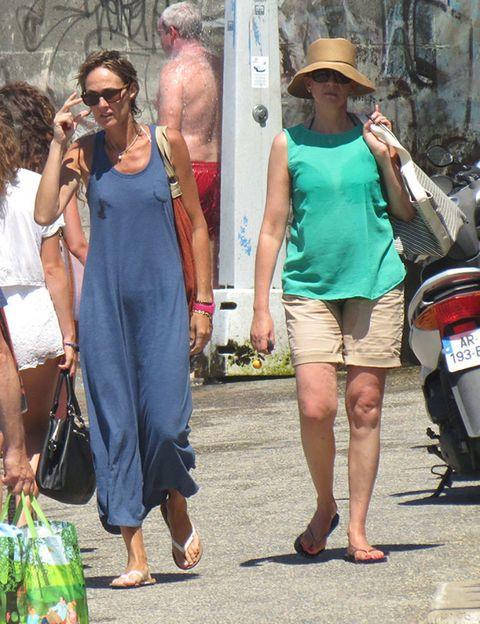 Hat, Bag, Fashion accessory, Fender, Sleeveless shirt, Dress, Luggage and bags, Sunglasses, Street fashion, Sun hat,