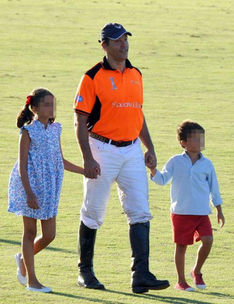 Cap, Hat, Baseball cap, Waist, Sock, Sunglasses, Polo shirt, Gesture, Cricket cap, sweatpant,