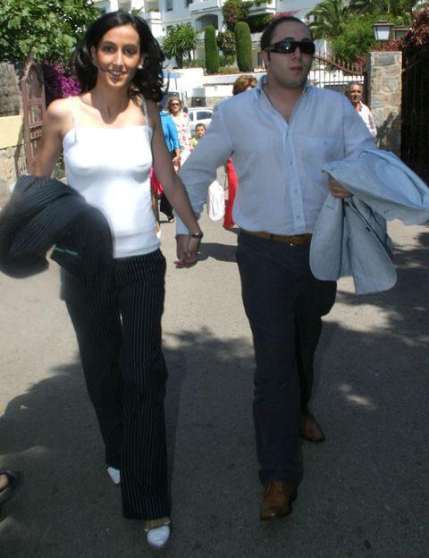 Sleeve, Trousers, Shirt, Textile, White, Waist, Style, T-shirt, Sunglasses, Bag,