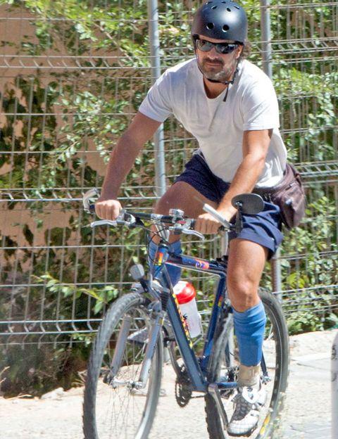 Bicycle tire, Tire, Bicycle wheel, Bicycle frame, Wheel, Bicycle wheel rim, Bicycle fork, Bicycle, Bicycle part, Helmet,