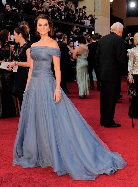 Gown, Red carpet, Dress, Carpet, Clothing, Flooring, Shoulder, Premiere, Event, Haute couture,