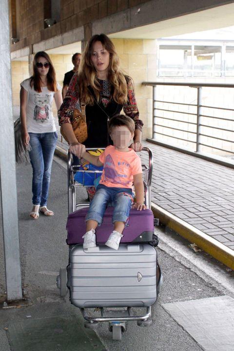 Leg, Human, Human body, Trousers, Jeans, Denim, Jacket, Street fashion, Baby & toddler clothing, Lap,