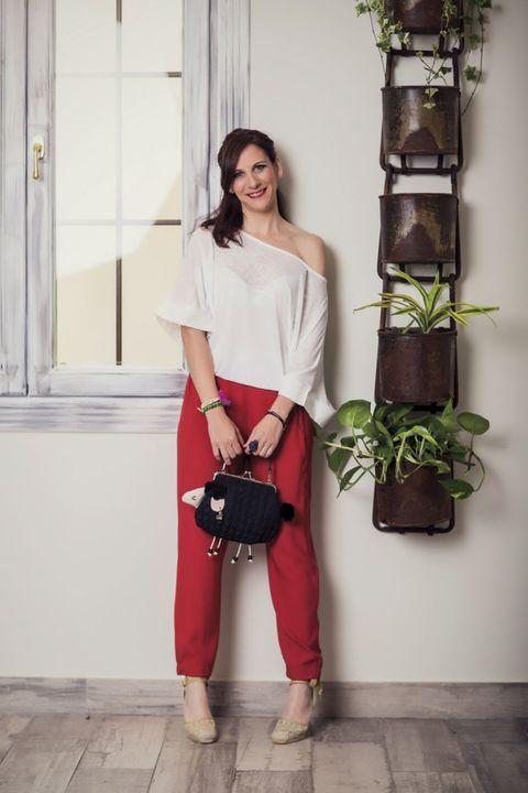 Shoulder, Bag, Style, Waist, Fashion accessory, Street fashion, Luggage and bags, Knee, Maroon, Shoulder bag,