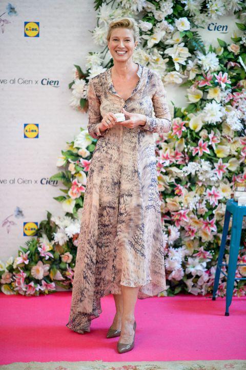 Dress, Petal, One-piece garment, Carpet, Flower Arranging, Day dress, Floristry, Floral design, Necklace, Creative arts,