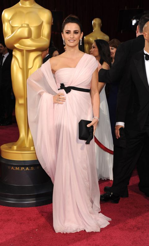 Red carpet, Carpet, Dress, Clothing, Shoulder, Gown, Flooring, Hairstyle, Fashion, Premiere,