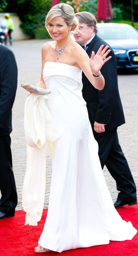 Clothing, Dress, Event, Coat, Trousers, Shoe, Shoulder, Flooring, Bridal clothing, Shirt,