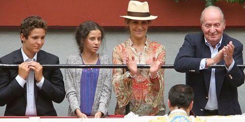 Face, People, Hat, Coat, Formal wear, Sun hat, Carpet, Fedora, Tradition, Tie,