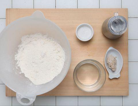 Dishware, Flour, Ingredient, Powder, Chemical compound, Kitchen utensil, Serveware, All-purpose flour, Circle, Corn starch,