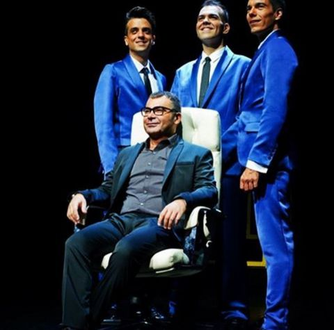 Shoe, Collar, Sitting, Suit trousers, Electric blue, Blazer, White-collar worker, Collaboration, Acting, Drama,