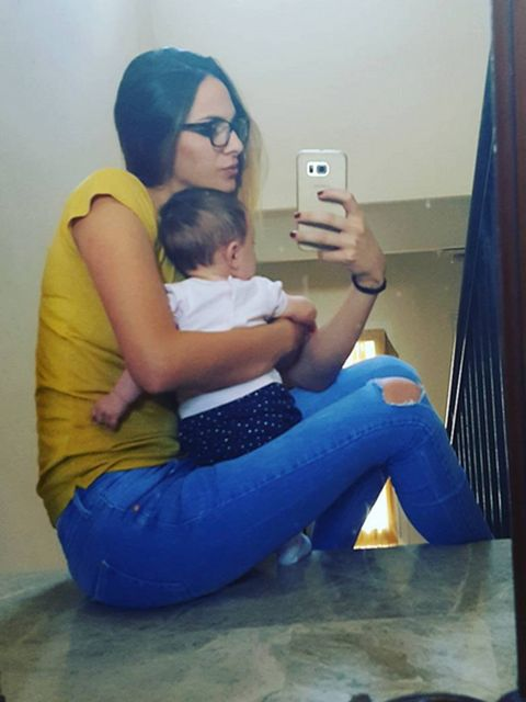 Comfort, Shoulder, Elbow, Sitting, Baby & toddler clothing, Mobile phone, Knee, Communication Device, Portable communications device, Lap,
